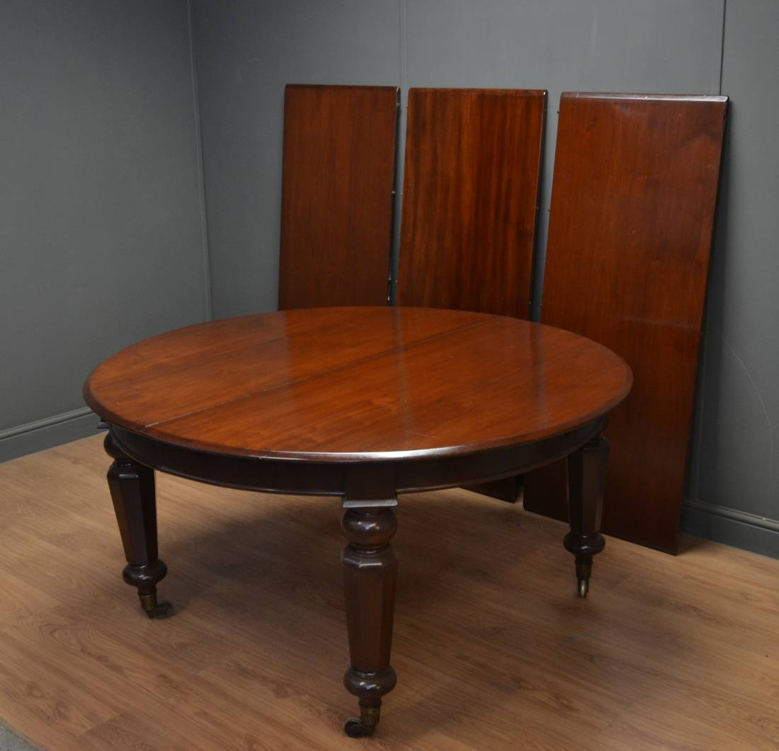 Grand Victorian Mahogany Extending Antique Dining Table.