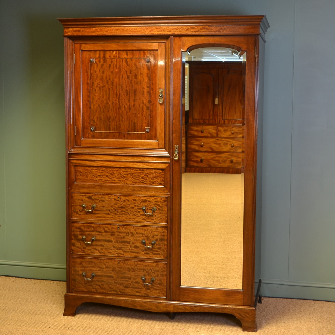 Beautiful Antique Triple Wardrobe With Bevelled Mirror Edwardian (1901-1910) Antique Furniture